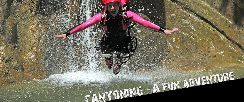 Canyoning Gardasee damaris am springen ins wasser